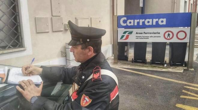 Carabinieri alla stazione di Carrara-Avenza