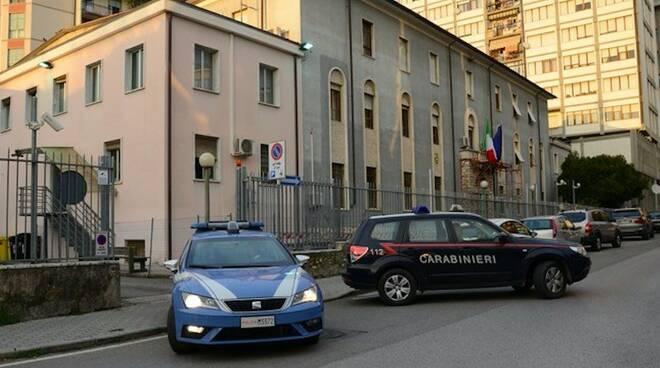 Polizia e carabinieri all'esterno della Questura di Massa