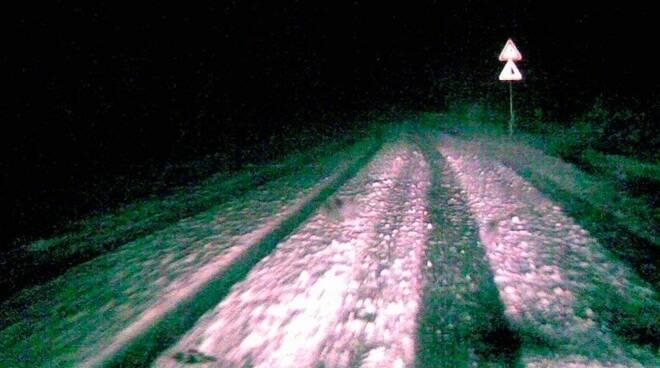 Strada innevata e ghiacciata