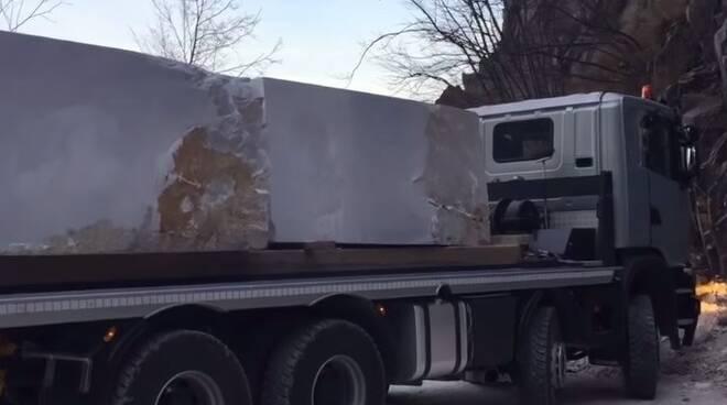 Un camion che trasporta blocchi di marmo di Carrara