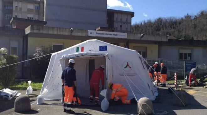 Una tenda pre-triage all'esterno all'ospedale di Pontremoli