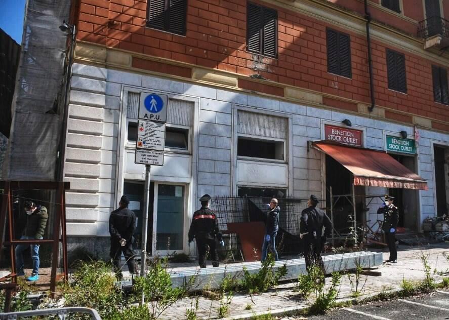 Bivacchi dentro al Politeama Verdi, blitz dei carabinieri