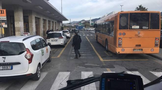Bus alla stazione ferroviaria di Massa