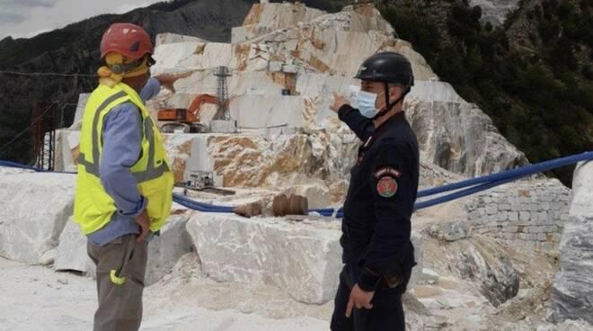 Controlli dei carabinieri forestali in una cava