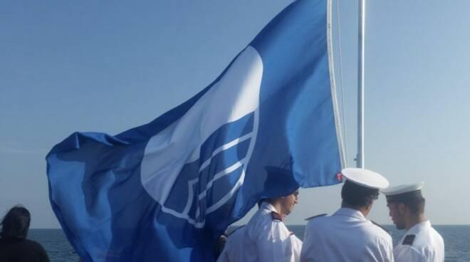 La bandiera blu sul pontile di Marina di Massa