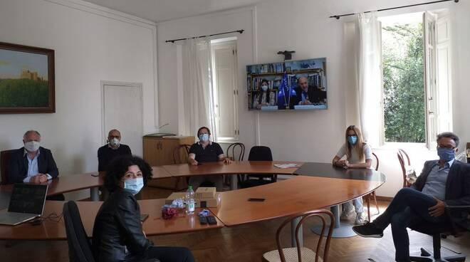 La giunta di Montignoso che in diretta streaming riceve la Bandiera Blu