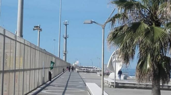 La passeggiata del molo di ponente a Marina di Carrara