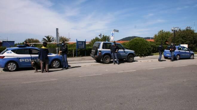 La polizia sul lungomare di Marina di Carrara