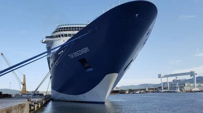 Nave da crociera al porto di Marina di Carrara