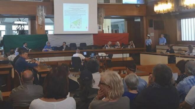 Tante le persone in sala 10 aprile per la falda inquinata in zona industriale