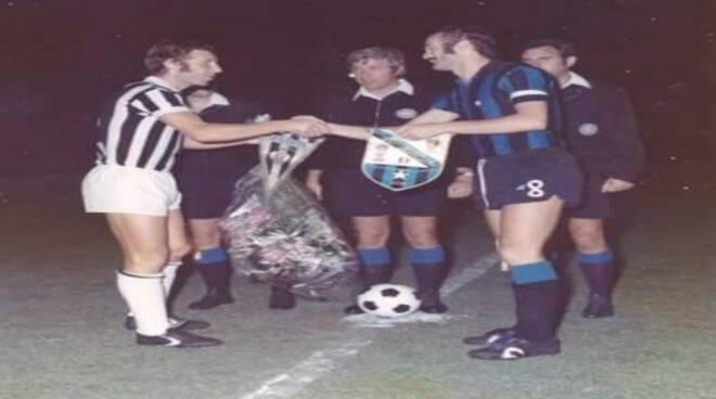 Vitalia e Mazzola scambiano i gagliardetti. Agosto '74