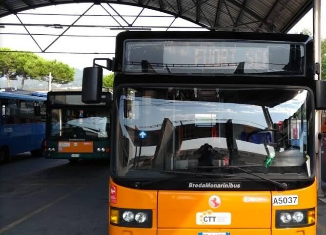 Autobus nel deposito Ctt di via Catagnina a Massa