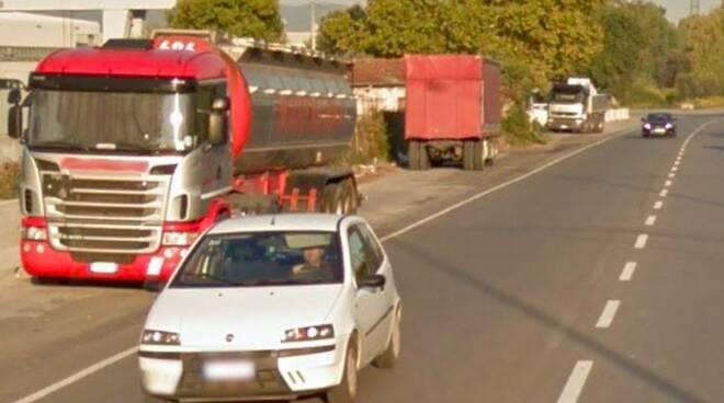 Camion parcheggiati in via Dorsale