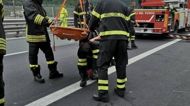Camion si ribalta in A15, ci sono feriti