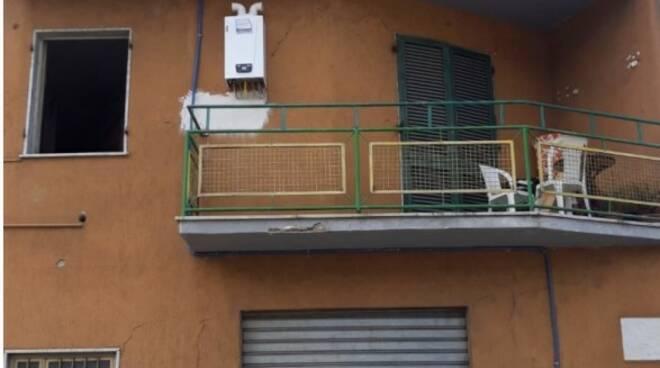 Cede una strada in centro a Massa, evacuate diverse famiglie