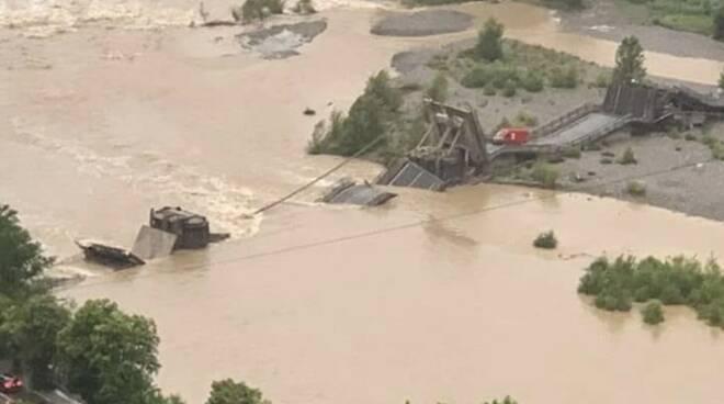 Il ponte crollato di Albiano sommerso dalle acque del Magra in piena il 4 giugno 2020