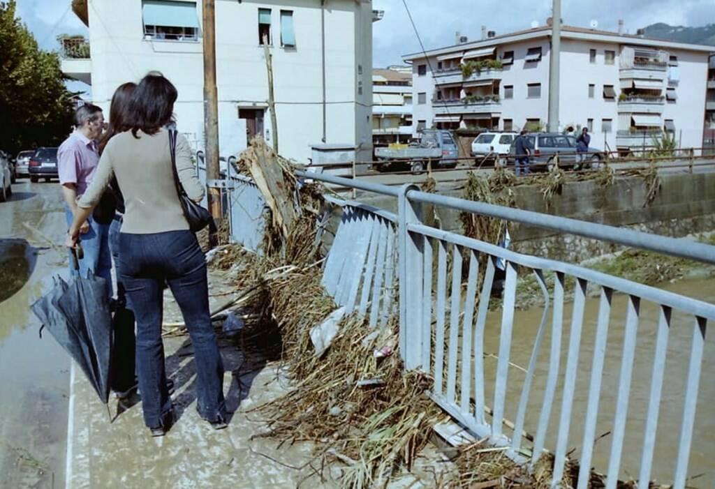 Il ponte sul Carrione di via Gino Menconi ad Avenza il giorno dopo l'alluvione del settembre 2003