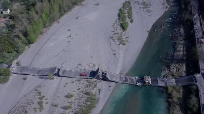 Il ponte sul Magra di Albiano crollato