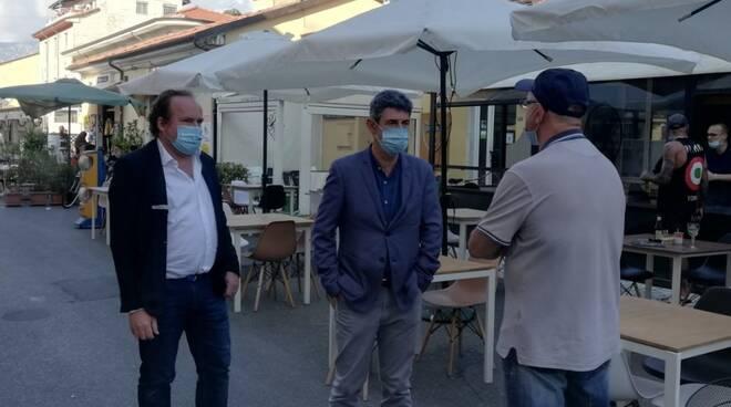 L'assessore Macchiarini e il sindaco De Pasquale in via Rinchiosa a Marina di Carrara