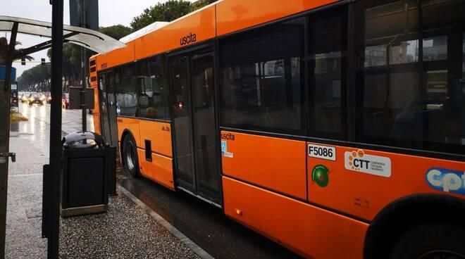 L'autobus in viale Colombo a Marina di Carrara