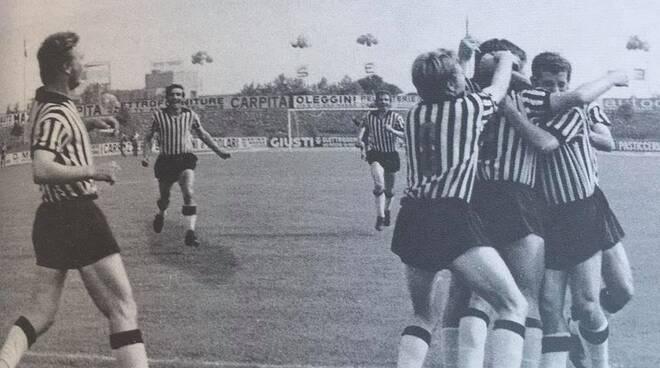 L'esultanza dei giocatori della Massese in occasione di uno dei gol