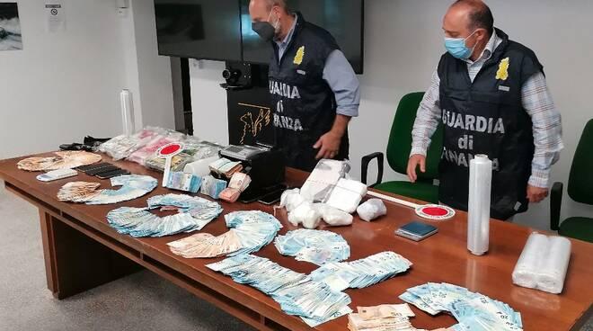 La droga e i soldi sequestrati dalla Finanza di Massa-Carrara