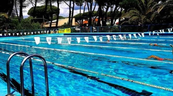 La piscina scoperta di Marina di Carrara