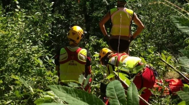 La squadra del Soccorso Alpino durante l'intervento di recupero dell'uomo