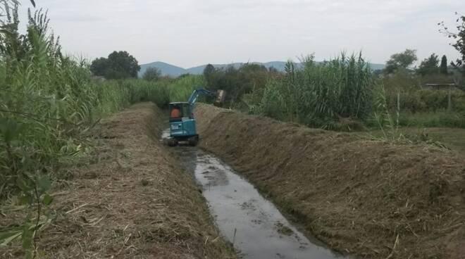 Lavori di manutenzione su un canale