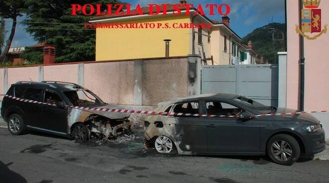 Le due auto incendiate