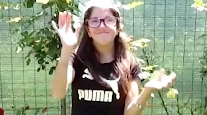 Lia nel video per salutare i suoi compagni e professori della scuola Salvetti di Massa