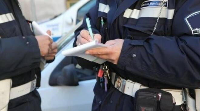 Polizia municipale che scrive la multa