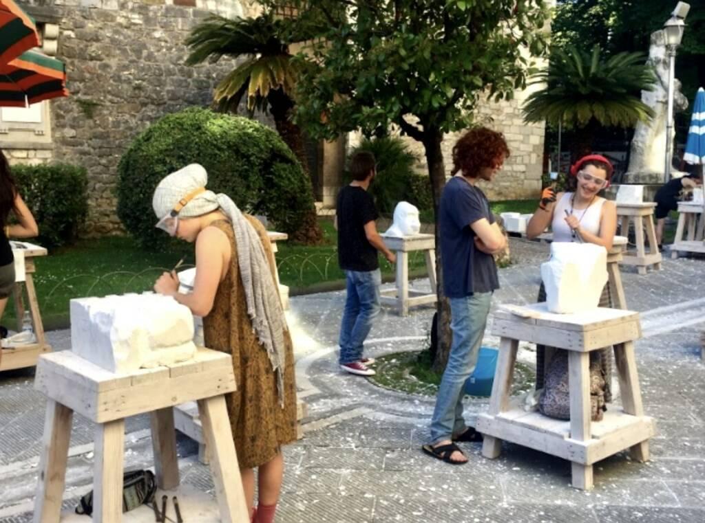 Scultura en plein air di fronte all'Accademia di Belle Arti