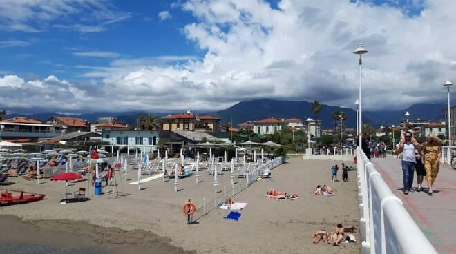 Spiaggia libera pontile di Marina di Massa