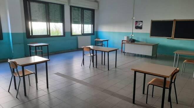 Un'aula preparata per l'esame di maturità 2020