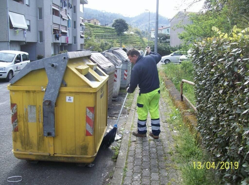 Un operatore di Nausicaa che ripulisce un'isola ecologica in via Quasimodo