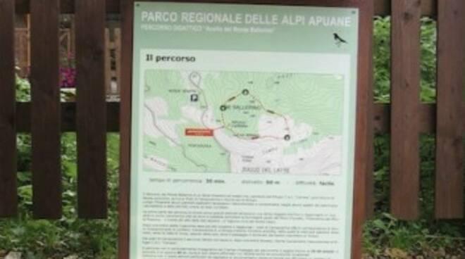 Un pannello informativo di un sentiero nel Parco delle Apuane
