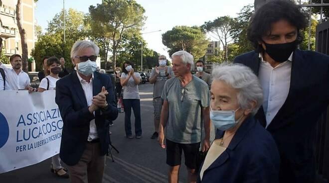 Ad attenderli fuori dal Tribunale l'associazione Luca Coscioni