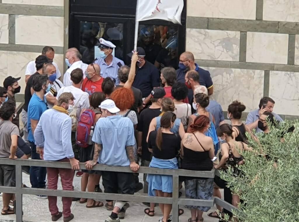 Ambientalisti forzano l'entrata del Consiglio, seduta sospesa