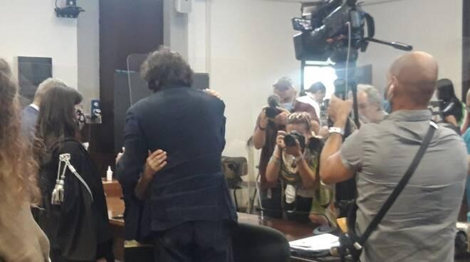 L'abbraccio tra Marco Cappato e Mina Welby