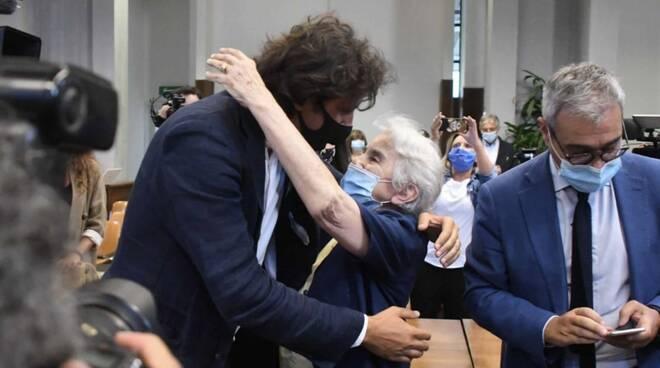 L'abbraccio tra Mina Welby e Marco Cappato dopo la lettura della sentenza