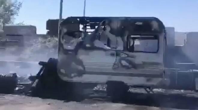 La roulotte incendiata al campo rom del Lavello