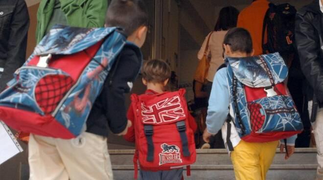 Alunni entrano a scuola (foto da toscana-notizie.it)