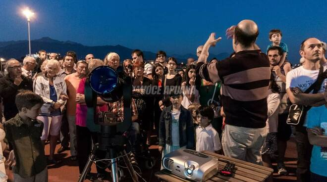 Nell'immagine: una delle tante serate estive del GAM nei 48 anni di vita del gruppo. In questo caso siamo al Pontile di Marina di Massa