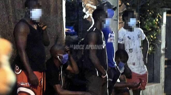 I migranti ospiti del centro di accoglienza di via Stradella a Massa e l'intervento di polizia e carabinieri