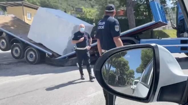 Il camion spezzato in due da un blocco di marmo