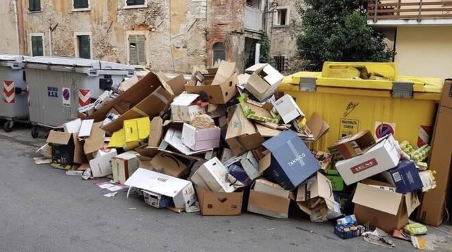 Il cumulo di rifiuti nei pressi di un'isola ecologia in via Carriona