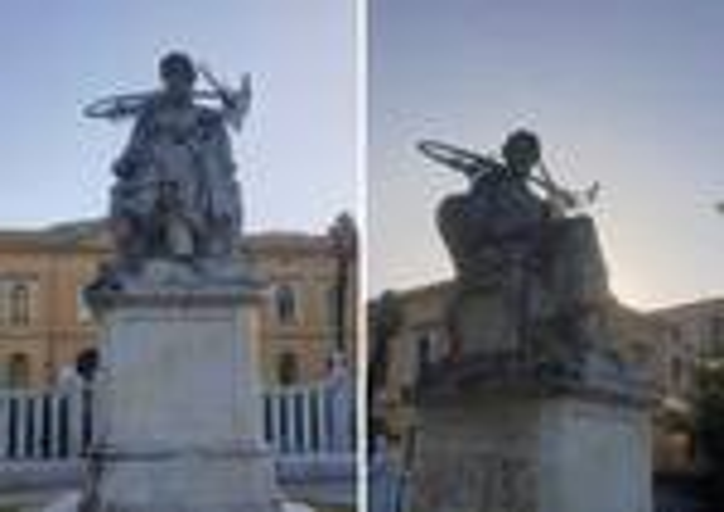 La bicicletta issata sulla statua di Pellegrino Rossi a Carrara