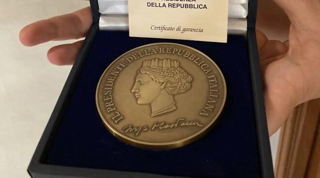 La medaglia del Presidente della Repubblica Sergio Mattarella al festival Con-Vivere