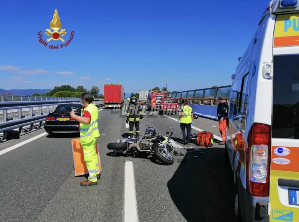 La moto coinvolta nell'incidente sulla A12 in cui ha perso la vita un 60enne